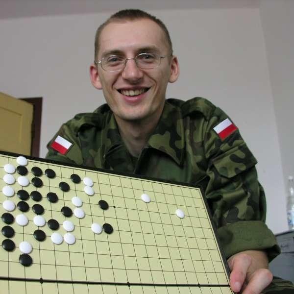 - Programy komputerowe, które są w stanie rywalizować z najlepszymi szachistami, w go ze średniej klasy amatorem nie mają szans - mówi.