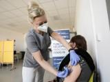 Kwitnie turystyka szczepionkowa, bo brakuje miejsc. Tymczasem po majówce przychodnie musza anulować terminy na preparat Johson&Johson