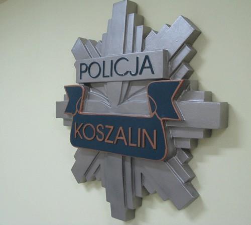 Według policyjnej bazy danych, w mieszkaniu koszalinianki wciąż mieszka poszukiwany mężczyzna.