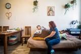 Matka z niepełnosprawnym dorosłym synem i dwójką młodszych dzieci wyprowadzą się z kawalerki