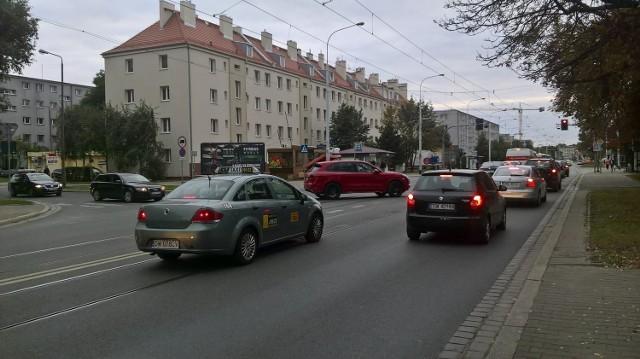 Doskonała informacja dla pasażerów komunikacji miejskiej i nieco gorsza dla kierowców prywatnych aut. Na ulicy Grabiszyńskiej, na odcinku około kilometra zostanie wydzielone torowisko tramwajowe. Wydzielone torowisko i buspas dla autobusów MPK, policji, karetek i samochodów elektrycznych ma powstać na odcinku od placu Srebrnego do FAT-u.CZYTAJ WIĘCEJ NA KOLEJNYM SLAJDZIE - ZOBACZ MAPKĘ