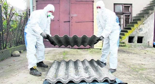 Usuwaniem azbestu mogą zajmować się tylko wyspecjalizowane firmy.
