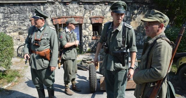 Na pikniku formacje hitlerowskie bratały się z polskimi partyzantami, ale tak właśnie wyglądają grupy rekonstrukcyjne, których na rozwadowskim pikniku nie brakowało i to w różnych mundurach - niemieckich, polskich i radzieckich
