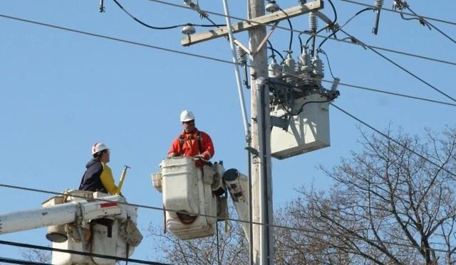 W powiecie tucholskim nawałnica uszkodziła 100 słupów z liniami przesyłowymi energii elektrycznej, w nocy i nad ranem w całym regionie bez prądu było 132 tys. mieszkańców i około 1140 miejscowości. Obecnie dostępu do energii elektrycznej nie ma jeszcze blisko 75 tys. mieszkańców.