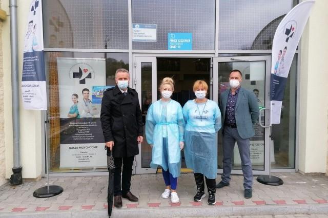 Panie z zespołu szczepiącego Bożena Pasternak i Joanna Młyńczak z Marcinem Wojniakiem, dyrektorem Przychodni numer 1 w Pińczowie (z prawej) i burmistrzem Pińczowa Włodzimierzem Badurakiem.