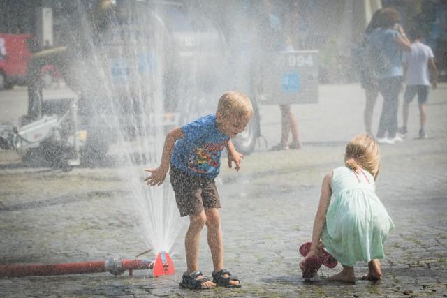 Lato ostatnio nas rozpieszcza. Wysokie temperatury, szczególnie w mieście, mogą być jednak uciążliwe. Szczególnie, kiedy trzeba pracować. Dla najmłodszych to jednak dopiero półmetek wakacji, więc mogą korzystać z upałów. Ochłody dodaje kurtyna wodna ustawiona na Starym Rynku w Bydgoszczy. Jak podają synoptycy, w najbliższych dniach lato będzie dla nas łaskawe. Wysokim temperaturom towarzyszyć będą jednak burze. Na terenie Bydgoszczy znajduję się także pięć poidełek: dwa na ul. Długiej, na Starym Rynku, na Wyspie Młyńskiej oraz na Placu Wolności. W upalne dni mieszkańcy mogą także skorzystać  z pergoli wodnej na placu Teatralnym.