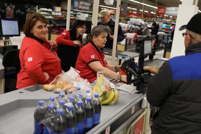 W jakich supermarketach kasjerzy mogą liczyć na podwyżki? Ostatnio pensję podwyższono pracownikom Biedronki, od marca na większe zarobki mogą też liczyć zatrudnieni w Kauflandzie. Wysokość podwyżki nie satysfakcjonuje jednak związkowców, którzy domagali się znacznie większej kwoty. O podwyżkach na razie nie mówi się w Lidlu, choć kasjerzy i tak zarabiają tam najwięcej. Ile zarabiają kasjerzy w Kauflandzie, Biedronce i Lidlu? Sprawdź na kolejnych slajdach >>>>
