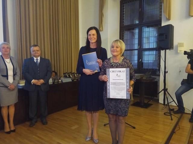 Naczelnik Wydziału Oświaty  Katarzyna Zöllner-Solowska (z lewej strony) i wicestarosta Danuta Maćkowska (z prawej strony) podczas gali Samorządowego Lidera Edukacji