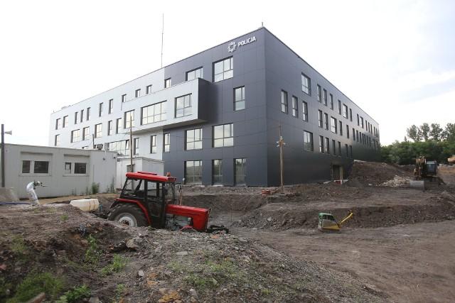 Nowy budynek, siedziba sosnowieckiej komendy policji, jest w stanie surowym zamkniętym. Trwają prace wewnątrz.Zobacz kolejne zdjęcia. Przesuwaj zdjęcia w prawo - naciśnij strzałkę lub przycisk NASTĘPNE