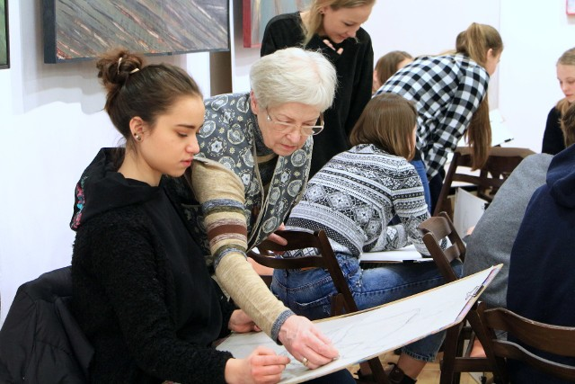 """Młodzi plastycy skupieni w grupie twórczej """"Smalta"""" prowadzonej przez znaną grudziądzką artystkę Klarę Stolp przenosili na papier swoje wizje portretowanych modelek. Młodsi projektowali menu. W zajęciach uczestniczyło 21 osób. Miejsca użyczył grudziądzki Klub Akcent."""