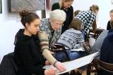 Młodzi twórcy z Grudziądza malowali pod okiem Klary Stolp w Galerii Akcent [zdjęcia]
