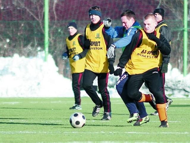 Piłkarze Hetmana Białystok (żółte plastrony) przygotowują się do rundy wiosennej bez większych zmian kadrowych