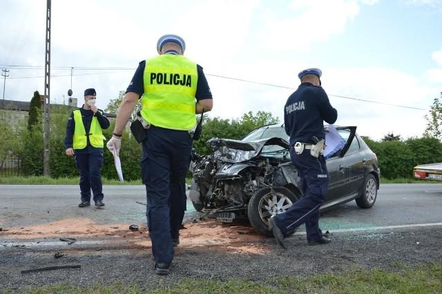 Do wypadku w Srocku doszło ok. godz. 12. Kierujący peugeotem 206 piotrkowianin, jadąc od strony Łodzi, z nieznanej przyczyny zjechał nagle na przeciwny pas. Jak relacjonuje asp. Izabela Gajewska, oficer prasowy KMP w Piotrkowie, peugeot najpierw otarł się o naczepę ciężarowej scanii, a potem czołowo zderzył z jadącym za scanią volvo z naczepą.Zobacz zdjęcia na kolejnych slajdach