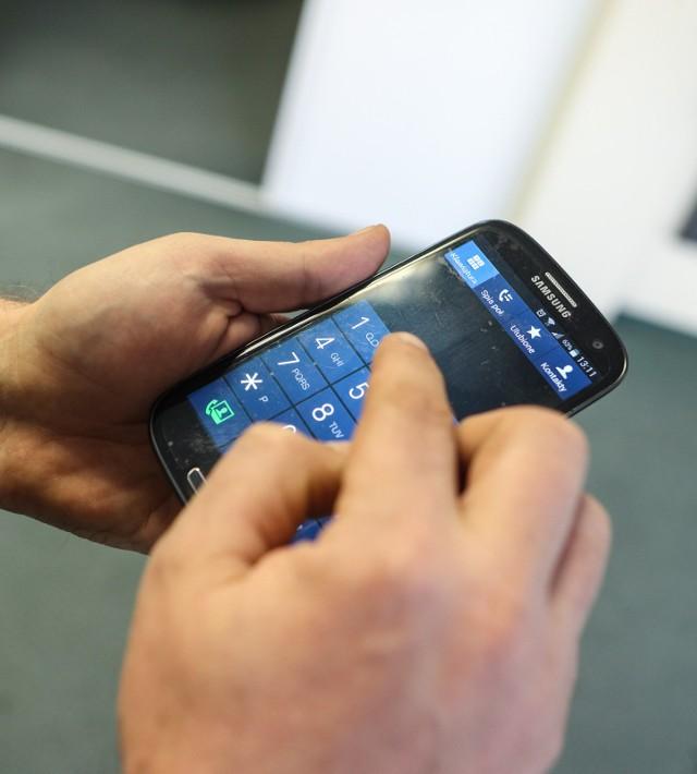 Poznańska policja ostrzega przed oszustem, który wyłudza pieniądze przez telefon
