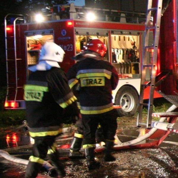 Dwa zastępy strażaków uratowały 9 osobówek i lawetę