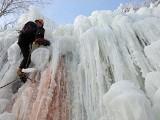 Wspinaczka po zamarzniętym wodospadzie. Zobacz niesamowite zdjęcia