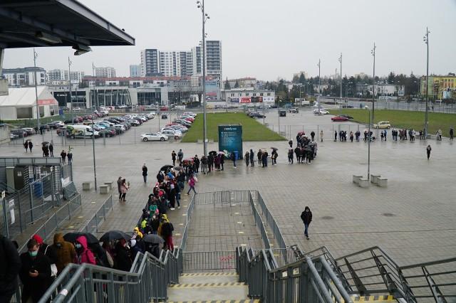 Stadion Miejski przy Bułgarskiej w Poznaniu oferuje trzy rozwiązania w jednym. W sobotę i niedzielę można tutaj przyjść, by wziąć udział w Festiwalu Roślin. Jeśli później ktoś zaobserwuje u siebie niepokojące objawy, to może tutaj zrobić sobie test na obecność koronawirusa. Gdy szczęśliwie się nie zarazi, to wkrótce przy Bułgarskiej będzie mógł się zaszczepić przeciwko COVID-19.