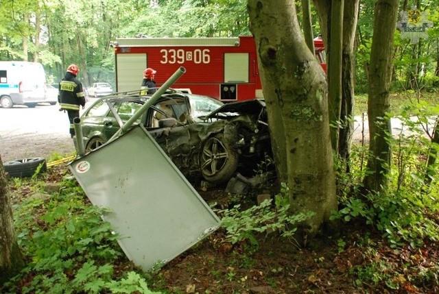 Pijany kierowca uderzył w drzewo. Trzy osoby ranne.