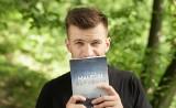 """Czytelnicy z Wąbrzeźna, pomimo zamknięcia biblioteki, będą mogli porozmawiać z Jakubem Małeckim, autorem """"Saturnina"""""""