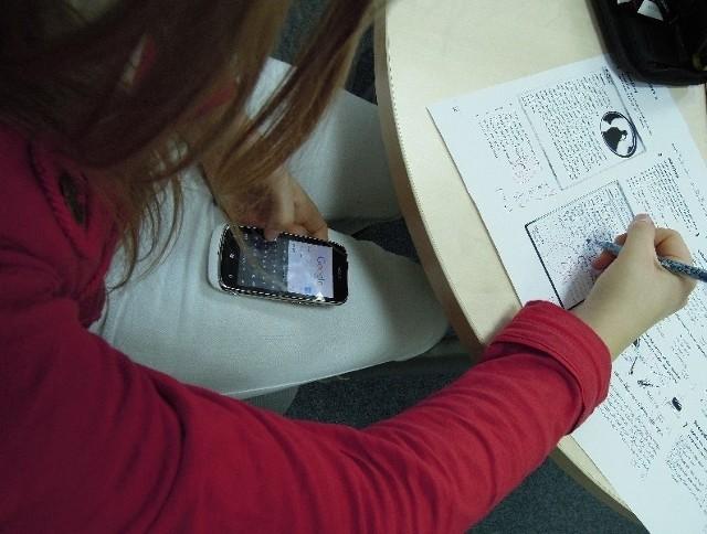 Na ogół telefon ukryty jest tak, aby nauczyciel nie spostrzegł, że ktoś z niego ściąga.
