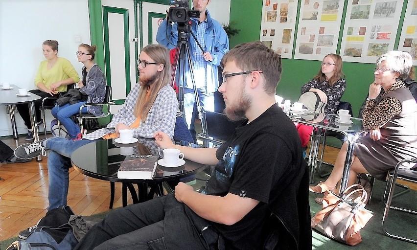 W Grudziądzkiej Jesieni Poezji biorą udział uczestnicy w różnym wieku, piszący wiersze