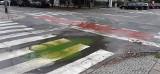 Zielono-żółta kałuża na skrzyżowaniu ul. Monte Cassino z ul. Niedziałkowskiego w Szczecinie. To awaria sieci ciepłowniczej