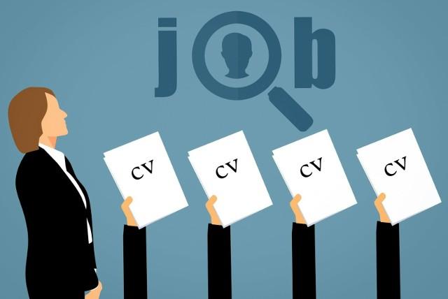 CV musi być naprawdę dopracowane, żeby przykuć uwagę rekrutera. Liczy się nie tylko treść, ale również forma.  Wyjaśniamy, o które elementy CV należy szczególnie zadbać.
