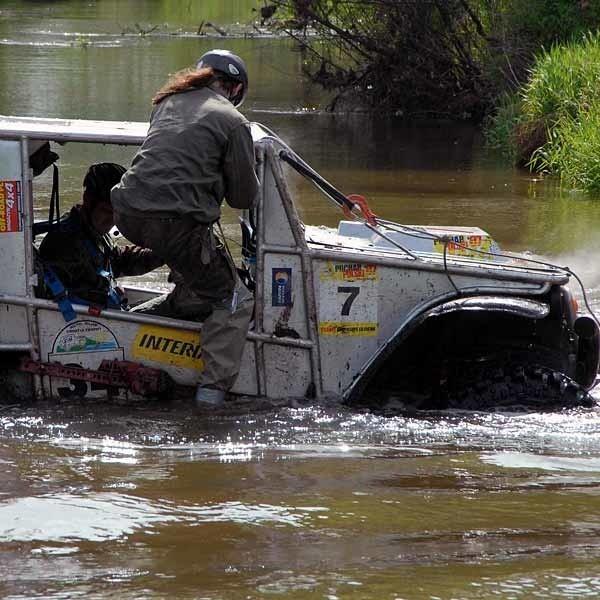 W Bojanowie k. Stalowej Wol kierowcy mieli wszystko co potrzebne jest offroaderom czyli wodę i piach.
