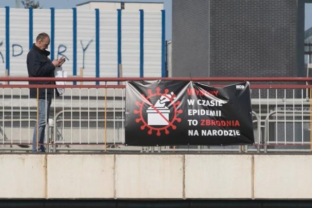 Przeciwnicy głosowania 10 maja protestują m.in. poprzez wywieszanie banerów, jak ten w Krakowie