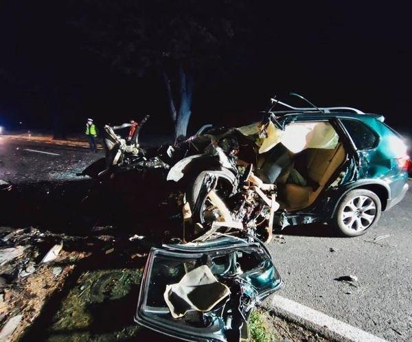 Do tragicznego zdarzenia doszło w niedzielę na trasie Trzcianka - Wrząca w miejscowości Kadłubek (pow. czarnkowsko-trzcianecki). Samochód marki BMW z niewyjaśnionych przyczyn uderzył w dwa drzewa. 23-letni kierowca zginął na miejscu.Przejdź do kolejnego zdjęcia --->