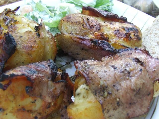 - Ziemniaki grillować około 25 min., aż boczek się zrumieni - radzi nasza Czytelniczka.