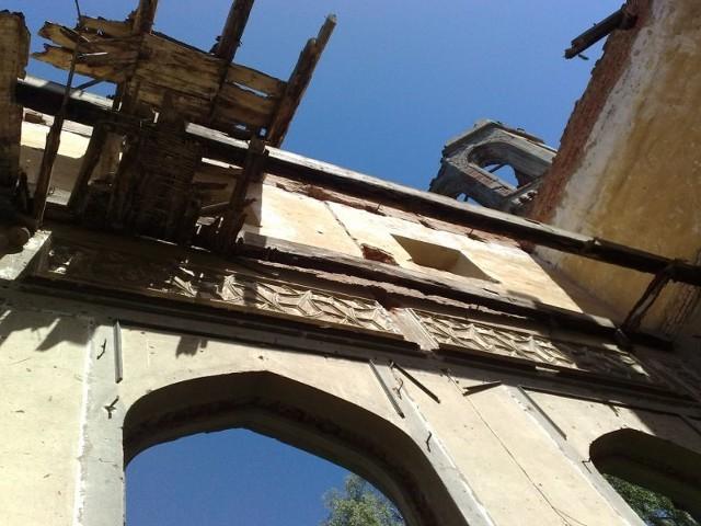 Palac w OtokuPalac w Otoku popada w ruine.