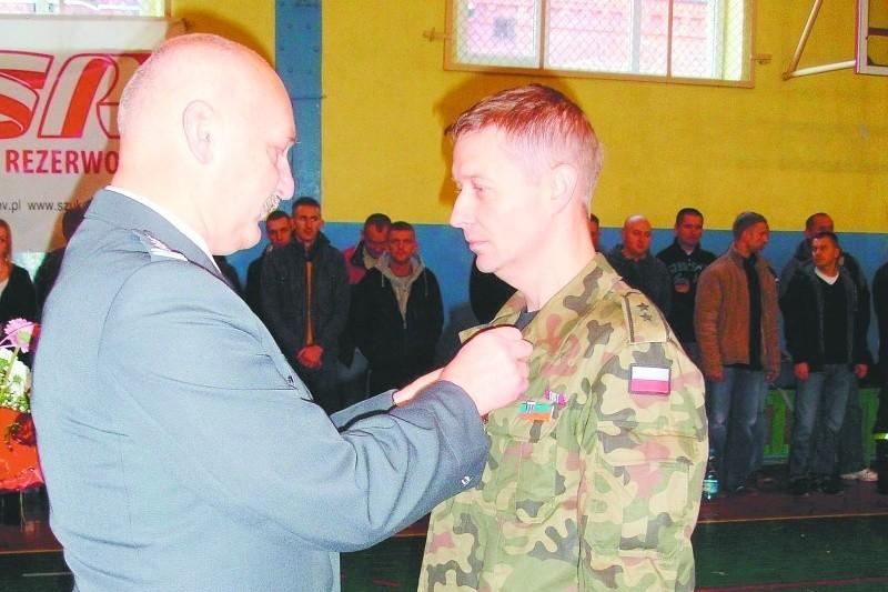 St. chor. rez. Arkadiusz Polkowski otrzymał Gwiazdę Iraku z rąk płk. Andrzeja Szczołka, szefa sztabu wojskowego w Olsztynie