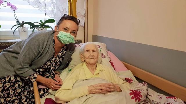 101-letnia pani Anna czuje się już dobrze. - Jestem dumna z naszego personelu, że poradził sobie z tą falą epidemii - mówi Jolanta Osuch, dyrektor strzeleckiego DPS-u.