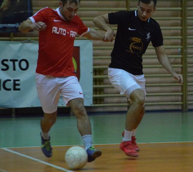 O piłkę walczą Sławomir Gałkowski z Auto-Artu (z lewej) i Jerzy Polański z WKS Koniusza
