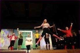 Musical łączy muzykę, śpiew, taniec i ruch sceniczny.