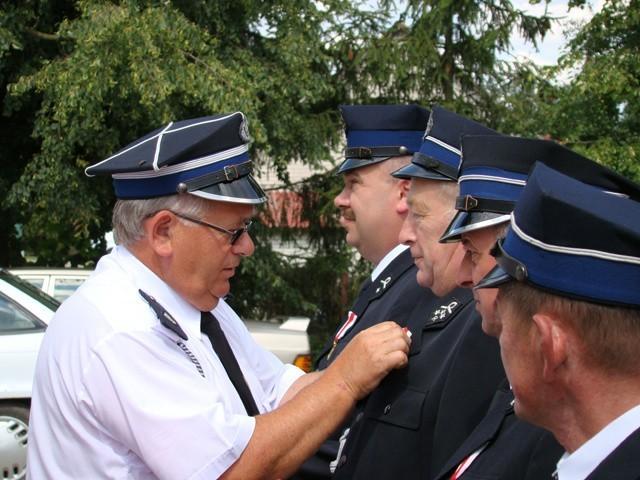 Andrzej Wyszogrodzki dekoruje boguckich strażaków