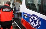 Wypadek w Zebrzydowicach: samochód osobowy wjechał w słup i zniszczył wiatę przystankową. 80-letni kierowca poszkodowany