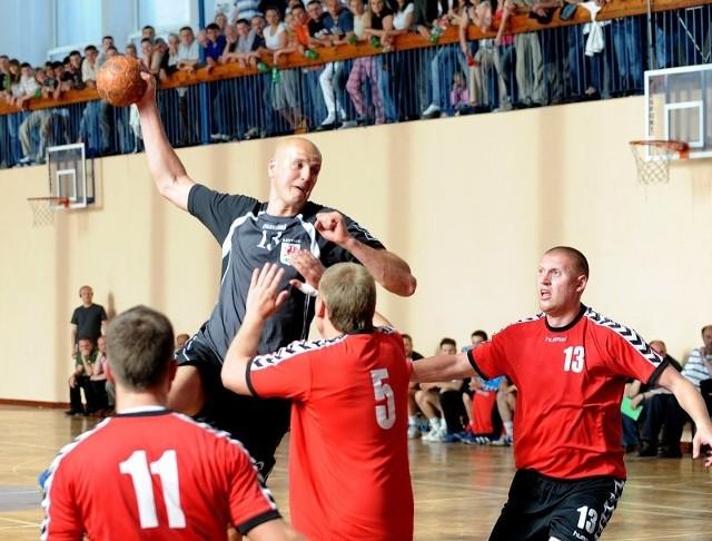 Występy Janusza Palto (z piłką, w wyskoku) i jego kolegów z Energetyka Gryfino przyciągały w minionym sezonie tłumy. Zespoł stworzony z graczy Energetyka i Pogoni Handball byłby z pewnością ozdobą nowej hali, mającej powstać w Gryfinie.