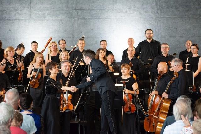 """""""Muzyka na Wielki Tydzień"""" to domowe występy muzyków orkiestry Opery Krakowskiej i ich najbliższych do obejrzenia w internecie"""