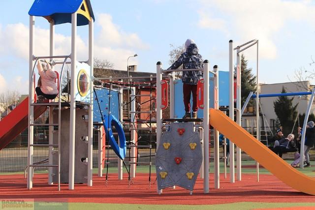 Na placach zabaw we Włocławku rozpoczęły się już pozimowe prace porządkowe i naprawcze