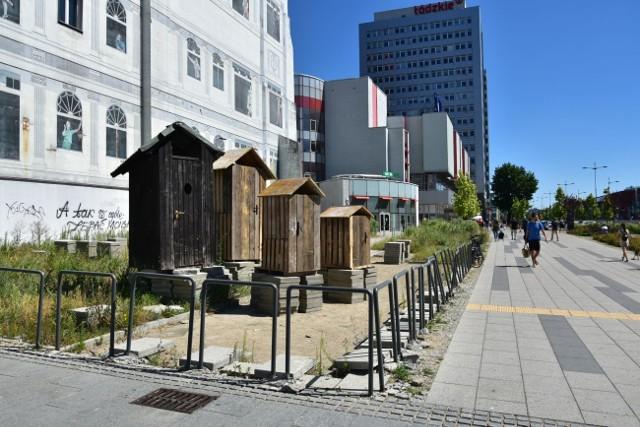 Wychodek, latryna, sławojka - drewniane toalety w centrum Łodzi w rejonie skrzyżowania ul. Piotrkowskiej i al. Piłsudskiego znów postawił Piotr Misztal. Czy to kolejna odsłona protestu łódzkiego biznesmena? W ten sposób chciał bowiem zwrócić uwagę urzędników, którzy nie chcą zgodzić się na budowę 110 metrowego wieżowca. Zobacz ZDJĘCIA, czytaj na kolejnych slajdach