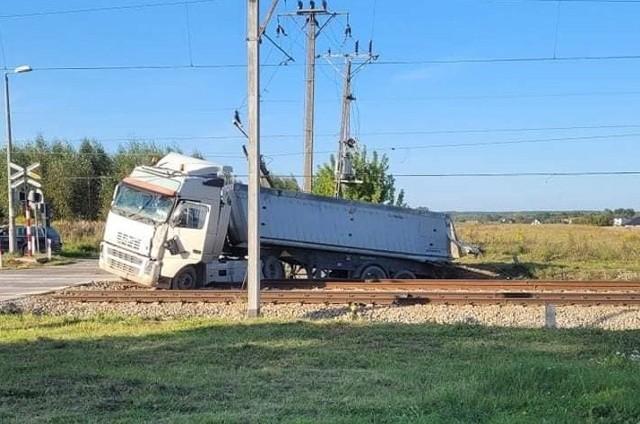 Do wypadku doszło na przejeździe kolejowym w Sokolnikach Suchych w powiecie przysuskim.