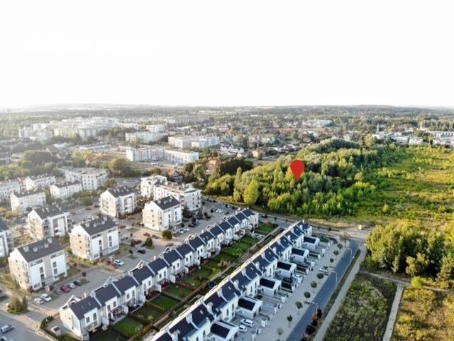 Mieszkańcy Naramowic są zaniepokojeni dużym tempem zabudowy swojej dzielnicy: po apelu na Facebooku ułożyli petycję do władz miasta, domagając się utworzenia na miejskich działkach parku. Miasto parku tam utworzyć jednak nie może – jedna z działek ma przeznaczenie zabudowy mieszkaniowej i jest na sprzedaż. Ale jest satysfakcjonujące strony rozwiązanie problemu...