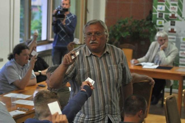 """34 członków Klubu Sportowego Siarka Tarnobrzegu zagłosowało """"za"""" udzieleniem absolutorium dla obecnego zarządu. Głosy liczy Jacek Szarek, przewodniczący obrad."""