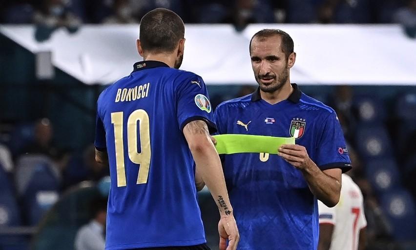 Giorgio Chiellini przekazuje kapitańską opaskę Leonardo...