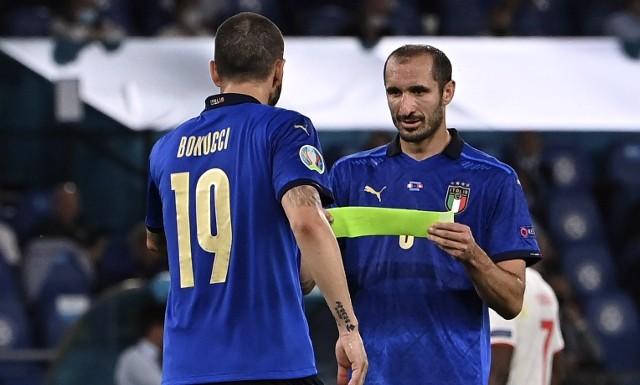 Giorgio Chiellini przekazuje kapitańską opaskę Leonardo Bonucciemu