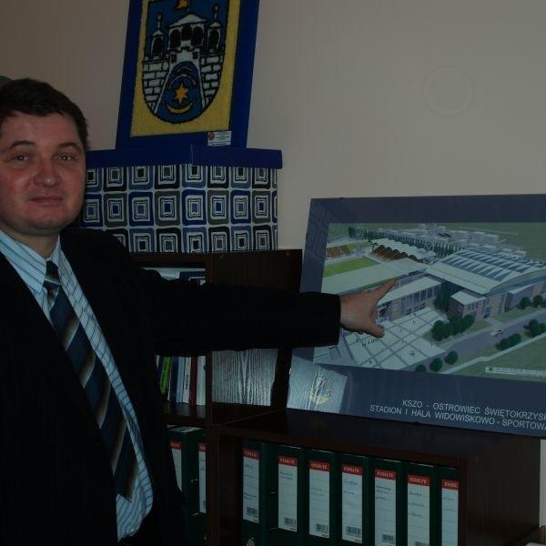Mariusz Rokita, dyrektor Miejskiego Ośrodka Sportu i Rekreacji, pokazuje element wizualizacji przyszłej hali, który został usunięty z projektu.