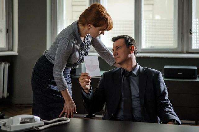 Teodor Szacki (Robert Więckiewicz) i wspierająca go w śledztwie Barbara Sobieraj (Magdalena Walach) to niezbyt dobrana para, której jednak relacje należą do najciekawszych elementów filmu