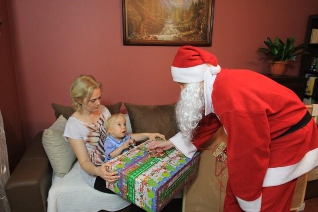 A że to czas magiczny i marzenia się spełniają, Mikołaj będzie miał prezenty, o które maluchy prosiły w pisanych, czasem z pomocą rodziców, listach. Zabawki, klocki Lego, słuchawki, a nawet rzutnik multimedialny czy sanki - takie były ich marzenia, a my je spróbowaliśmy spełnić.